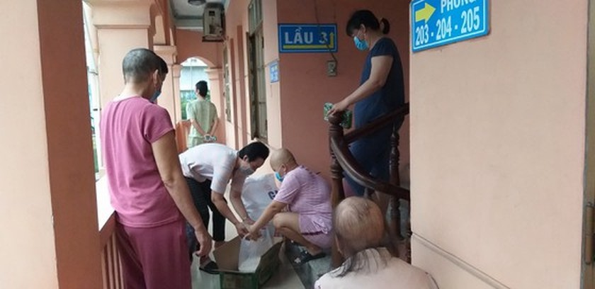 HCMC philanthropists assist poor cancer patients to overcome difficulties amid coronavirus pandemic ảnh 1