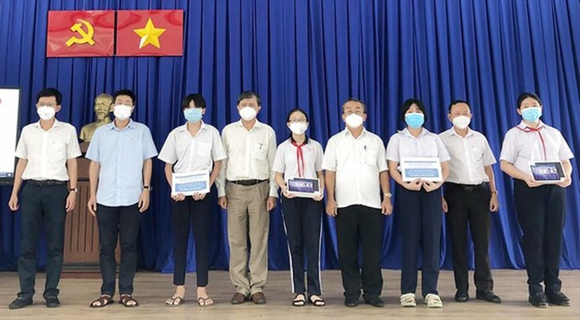 Localities in HCMC implement solutions to help students with distance learning ảnh 1