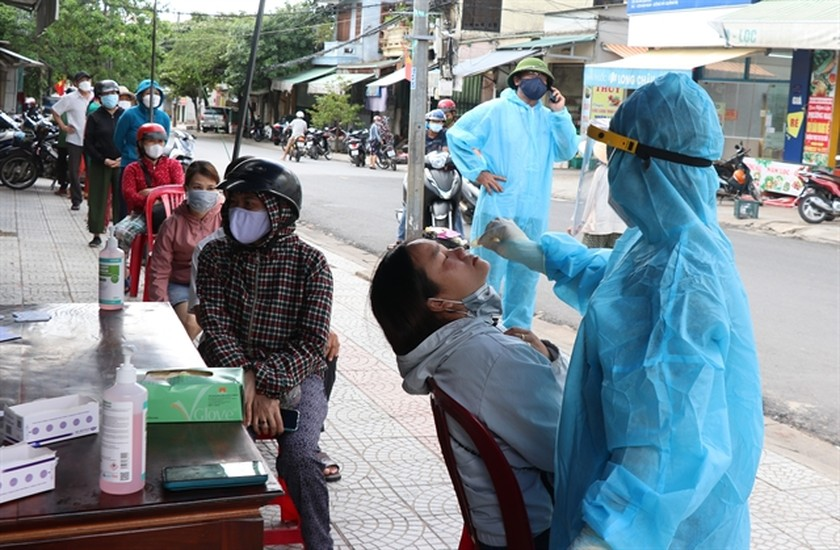 Vietnam reports 11,692 new Covid-19 cases on Tuesday ảnh 1