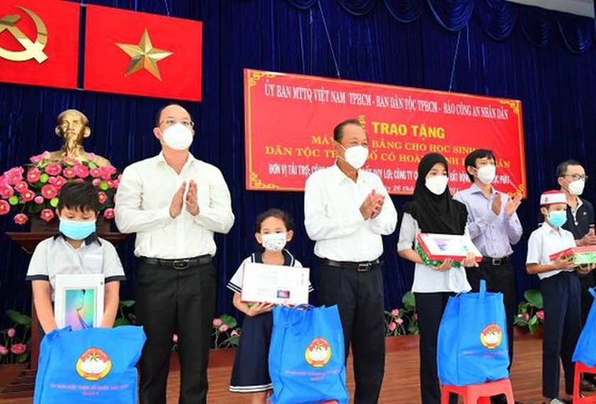 Poor ethnic minority students in HCMC given tablet computers for distance learning ảnh 1