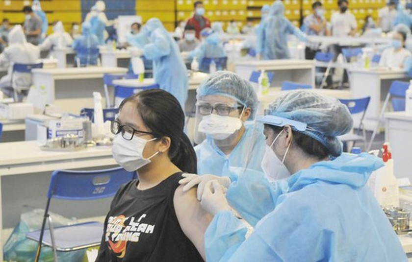 HCMC has enough Covid vaccine for inoculation of immigrant laborers ảnh 1