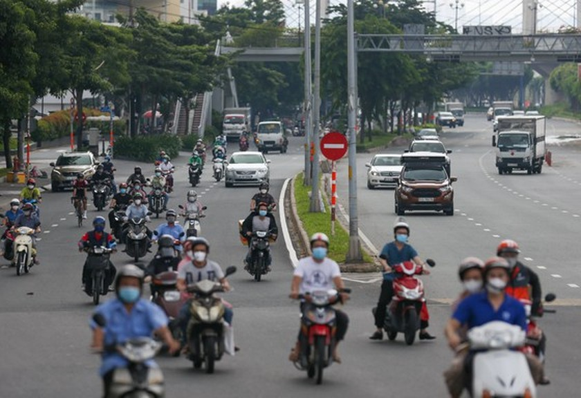 Streets in HCMC bustle again as social distancing restrictions eased ảnh 7