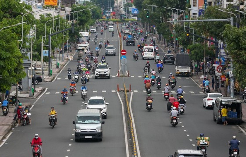 Streets in HCMC bustle again as social distancing restrictions eased ảnh 2