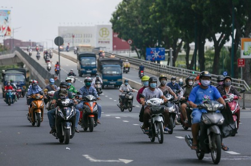 Streets in HCMC bustle again as social distancing restrictions eased ảnh 3