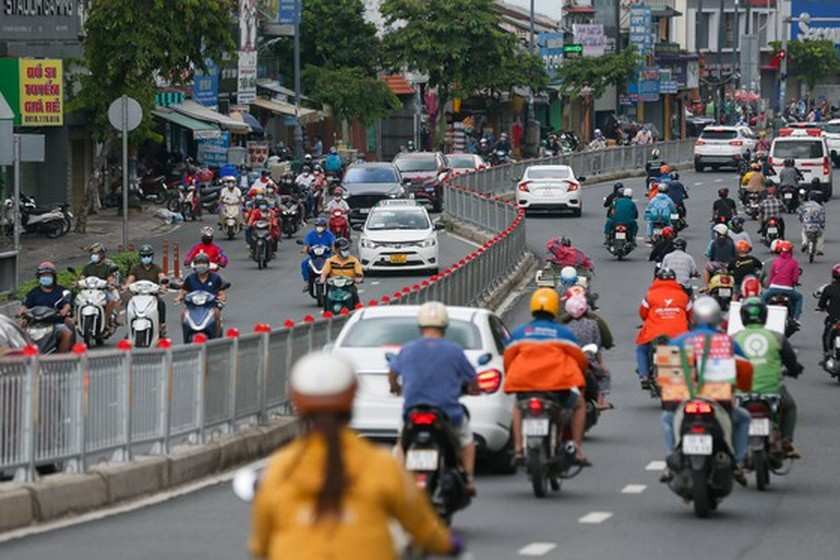 Streets in HCMC bustle again as social distancing restrictions eased ảnh 4