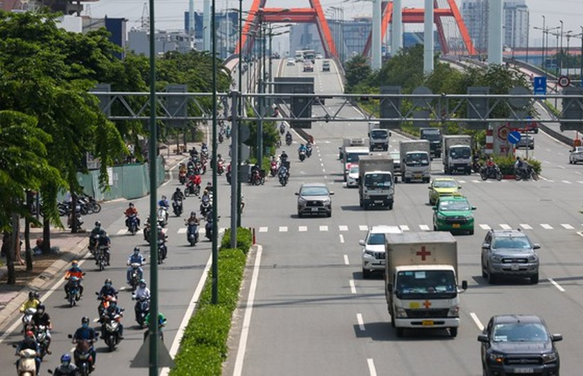 Streets in HCMC bustle again as social distancing restrictions eased ảnh 1