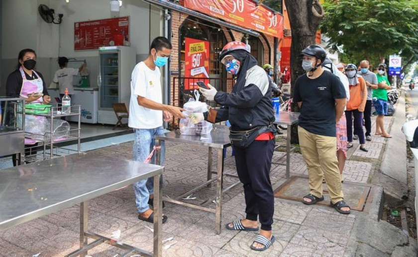 Streets in HCMC bustle again as social distancing restrictions eased ảnh 8