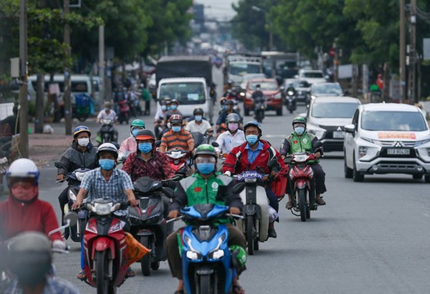 Streets in HCMC bustle again as social distancing restrictions eased ảnh 6