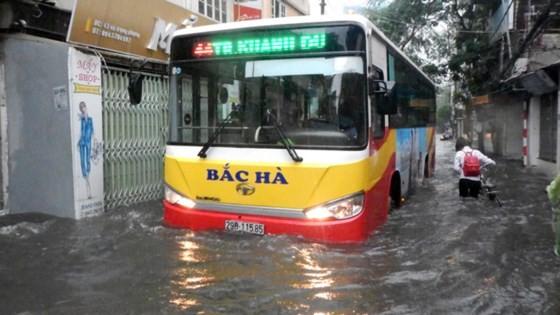 Serious flood in Hanoi after typhoon Talas ảnh 2