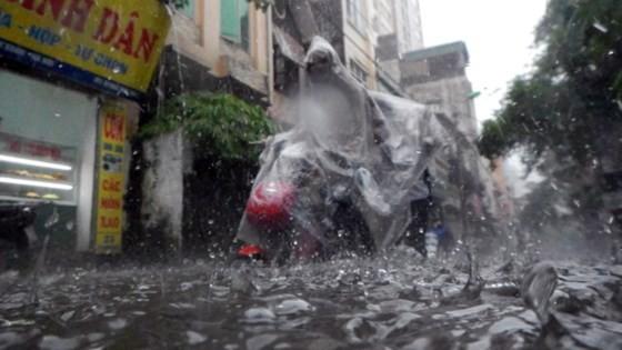 Serious flood in Hanoi after typhoon Talas ảnh 4