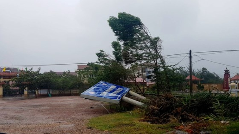 Typhoon Doksuri makes landfall in central provinces  ảnh 4