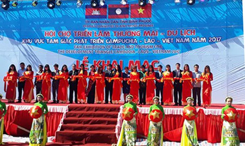 Fair of trade & tourism for development triangle area opens  ảnh 1