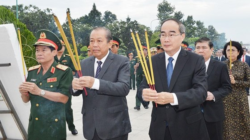 City leaders commemorate heroic martyrs on war invalids and martyrs day ảnh 1