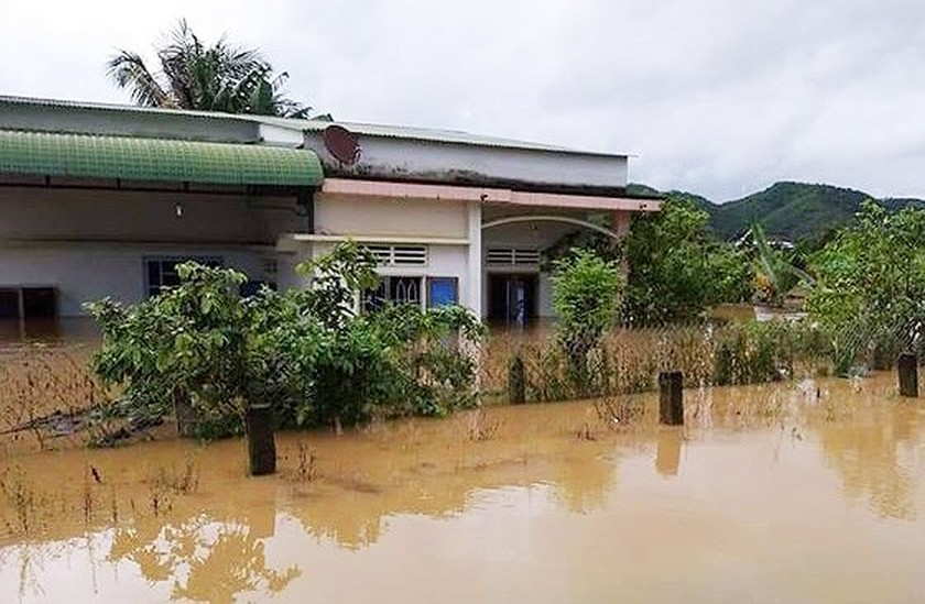 Tropical depression triggers uninterrupted downpours and floods  ảnh 1