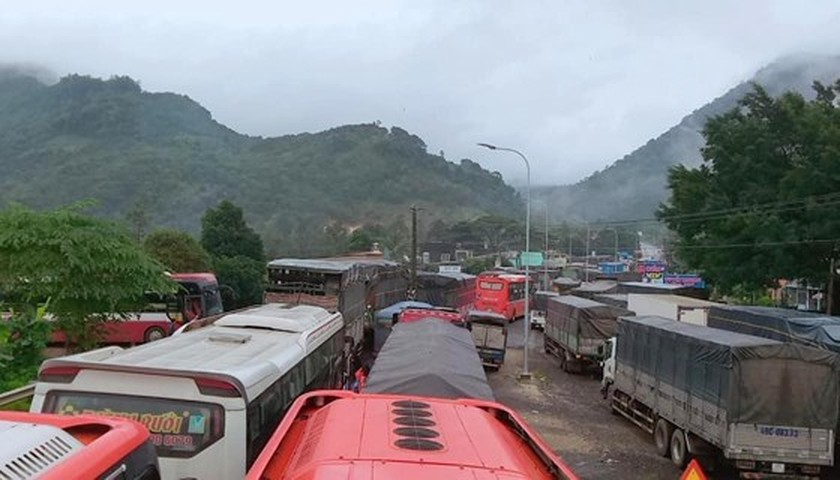 Traffic interrupted on Bao Loc Mountain Pass due to landslide ảnh 1