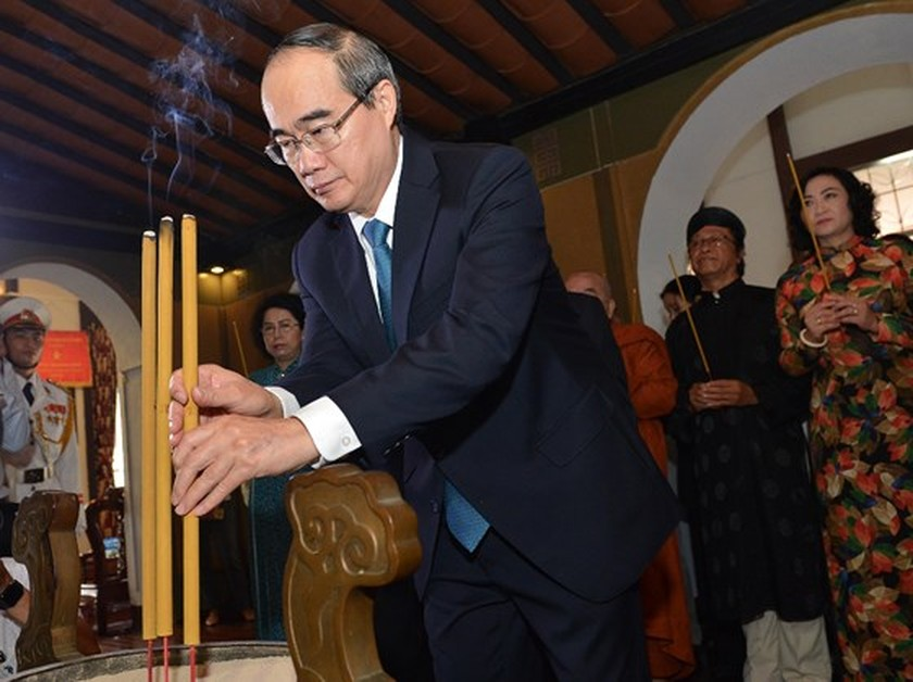 City leaders offer incense to commemorate President Ton Duc Thang ảnh 1