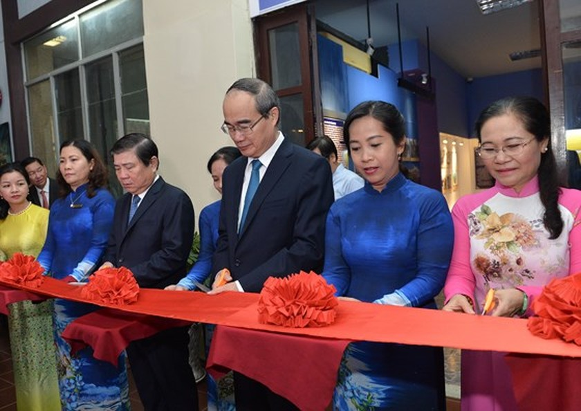 City leaders offer incense to commemorate President Ton Duc Thang ảnh 2