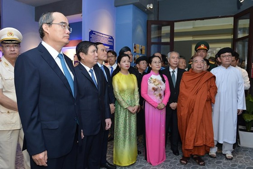 City leaders offer incense to commemorate President Ton Duc Thang ảnh 3