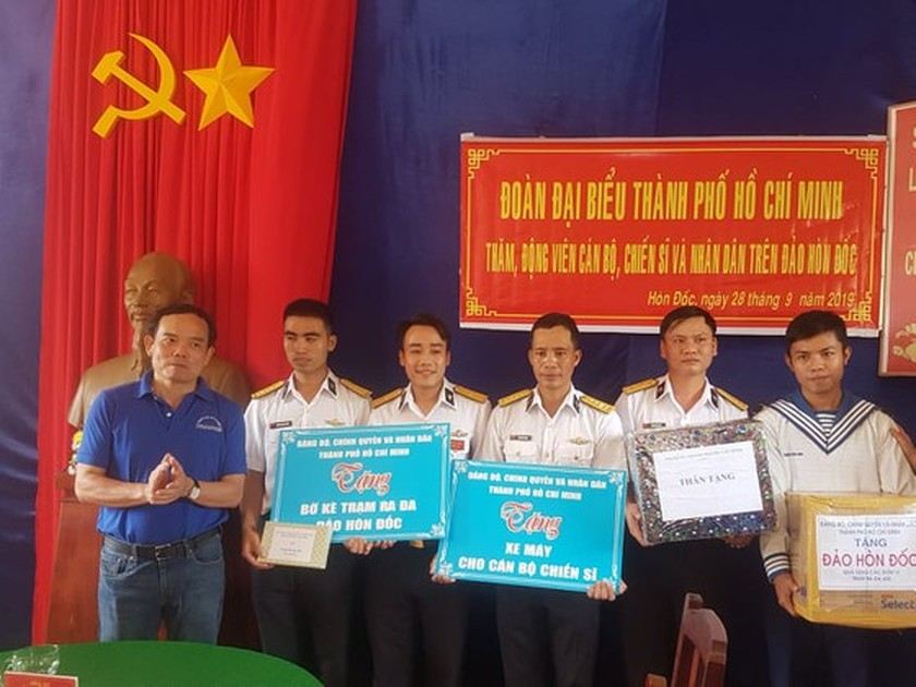 City delegation offers incense to late President Ho Chi Minh at Naval Region 5 ảnh 2