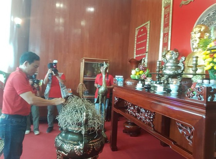 City delegation offers incense to late President Ho Chi Minh at Naval Region 5 ảnh 1