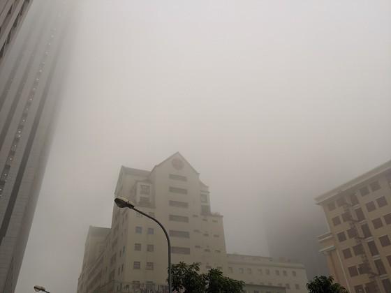 Thick blanket of fog happens in Hanoi  ảnh 1