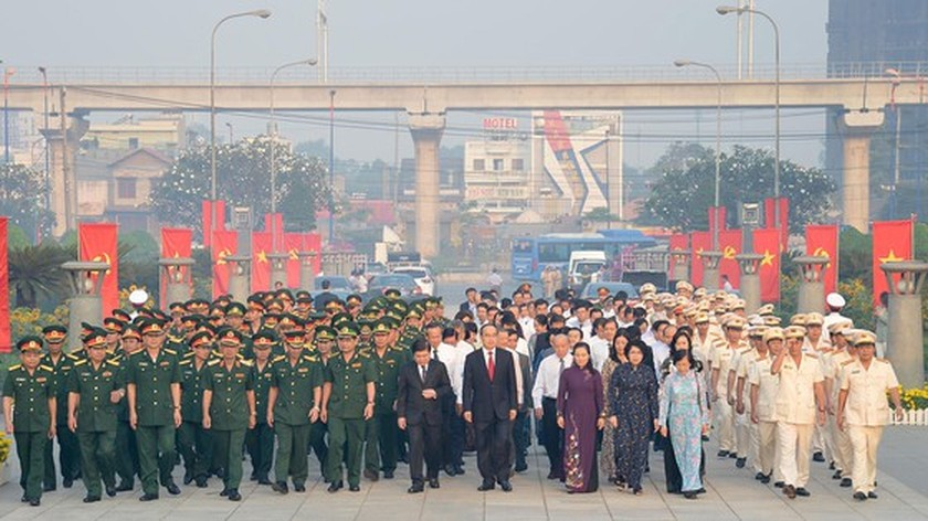 City leaders offer incense, flowers to late President Ho Chi Minh ảnh 2