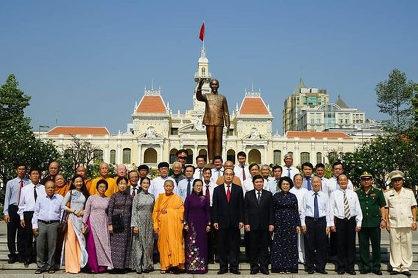 City leaders offer incense, flowers to late President Ho Chi Minh ảnh 3
