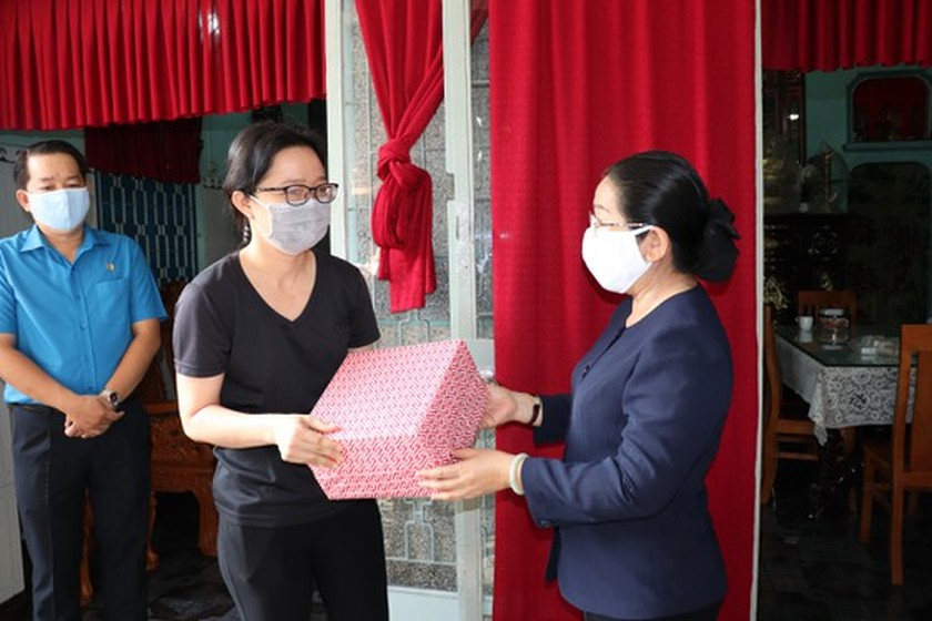City leaders visit low-income employees, landlords amid pandemic  ảnh 1