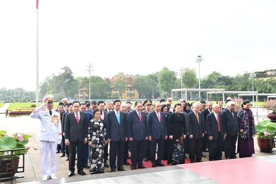 State leaders visit Mausoleum of President Ho Chi Minh ảnh 1