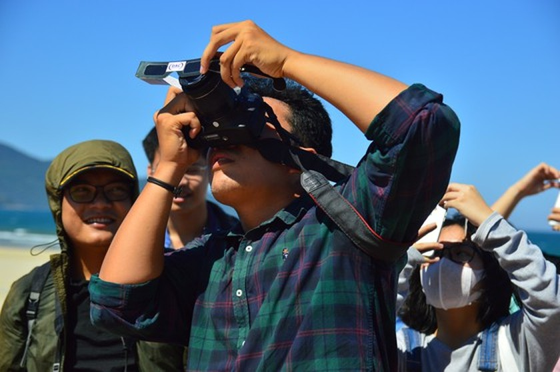 Eclipse phenomenon attracts hundreds of observers in Da Nang ảnh 5