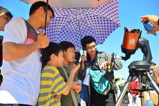 Eclipse phenomenon attracts hundreds of observers in Da Nang ảnh 1