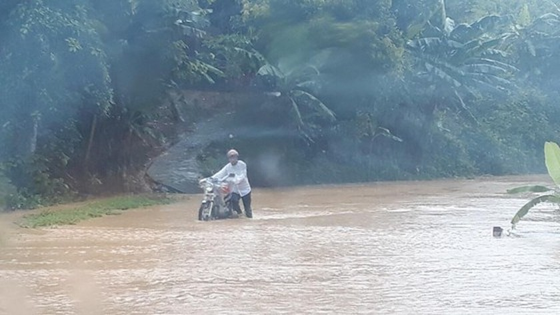 Torrential rain causes flooding, landslides across Northwestern provinces ảnh 2