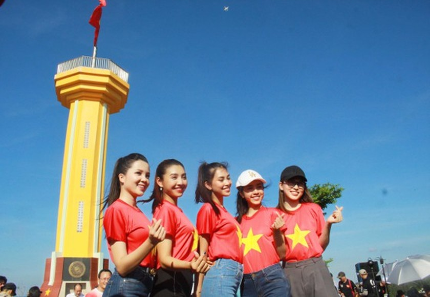 Flag raising ceremony takes place at highest peak of Ly Son Island ảnh 1