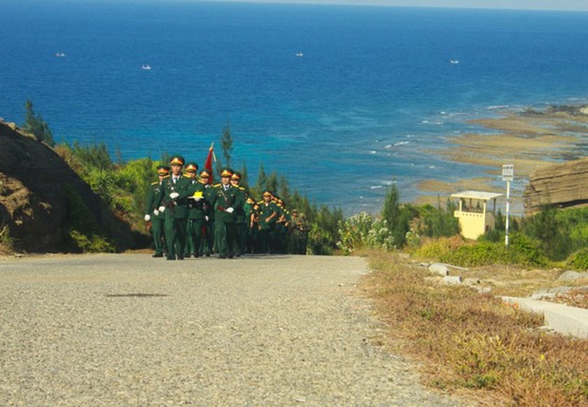 Flag raising ceremony takes place at highest peak of Ly Son Island ảnh 2