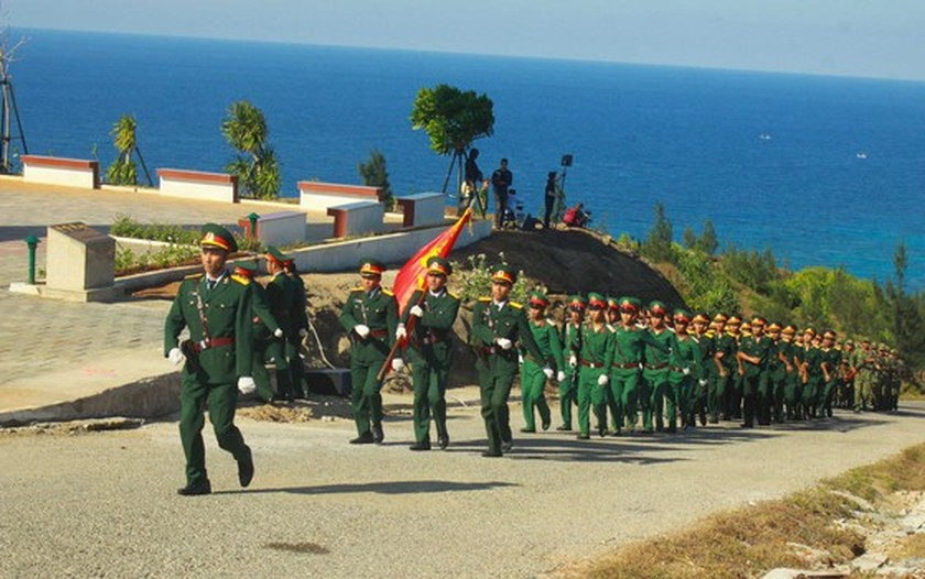 Flag raising ceremony takes place at highest peak of Ly Son Island ảnh 3