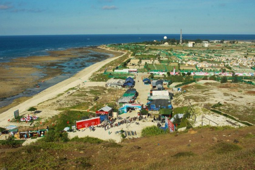 Flag raising ceremony takes place at highest peak of Ly Son Island ảnh 4