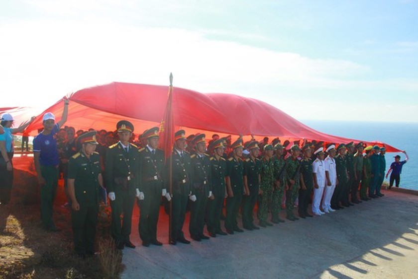 Flag raising ceremony takes place at highest peak of Ly Son Island ảnh 5