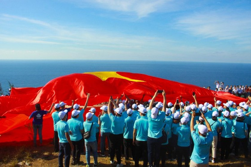 Flag raising ceremony takes place at highest peak of Ly Son Island ảnh 6