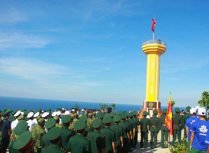 Flag raising ceremony takes place at highest peak of Ly Son Island ảnh 8