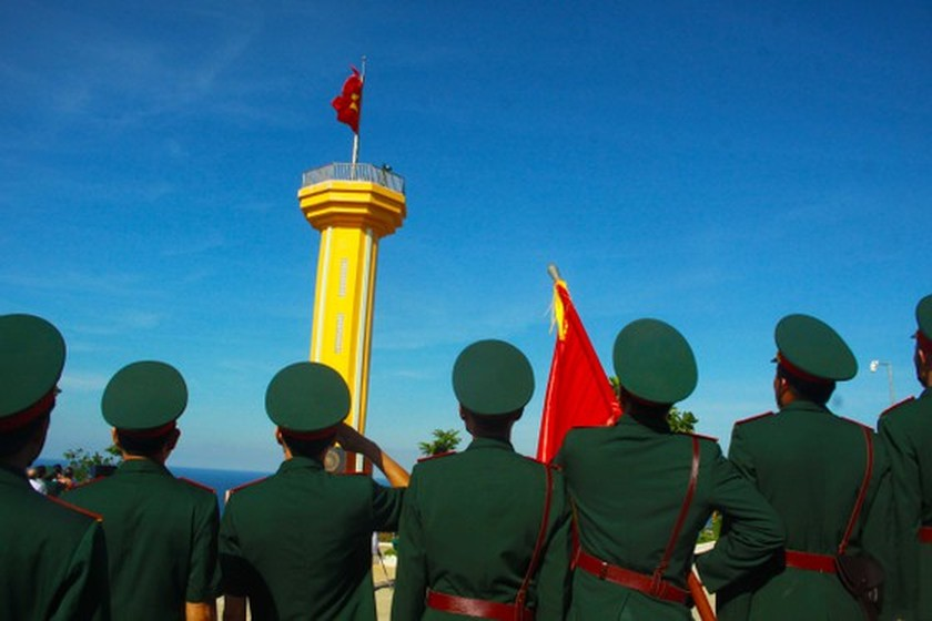 Flag raising ceremony takes place at highest peak of Ly Son Island ảnh 7