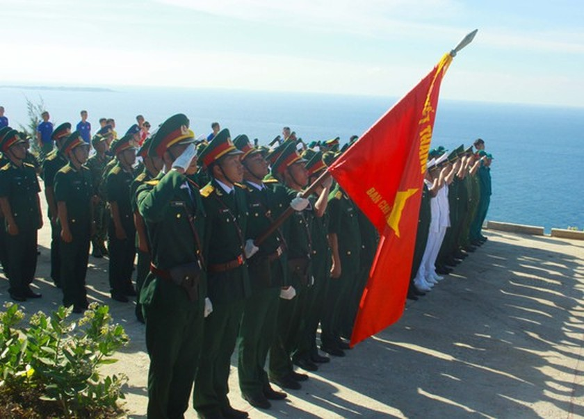 Flag raising ceremony takes place at highest peak of Ly Son Island ảnh 9