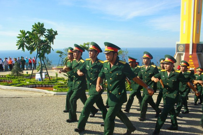 Flag raising ceremony takes place at highest peak of Ly Son Island ảnh 10