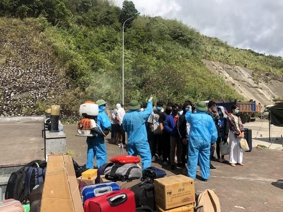 Ha Tinh Province receives, quarantines over 600 Laotian students  ảnh 2