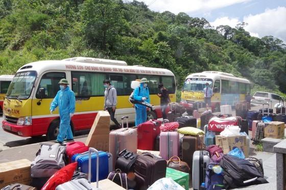 Ha Tinh Province receives, quarantines over 600 Laotian students  ảnh 3