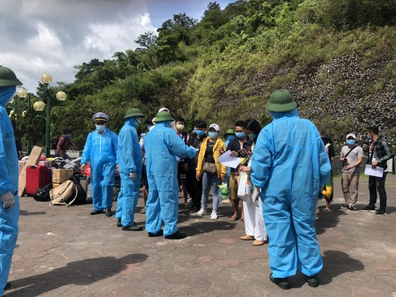 Ha Tinh Province receives, quarantines over 600 Laotian students  ảnh 4