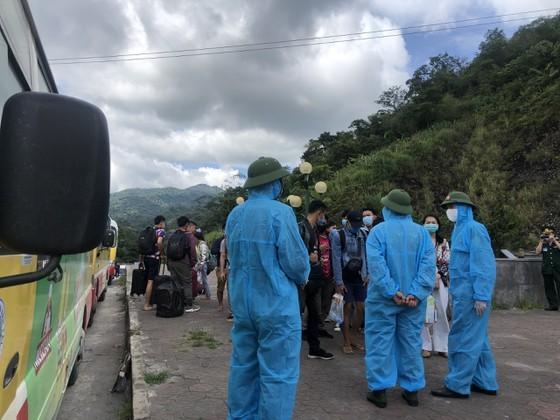 Ha Tinh Province receives, quarantines over 600 Laotian students  ảnh 5