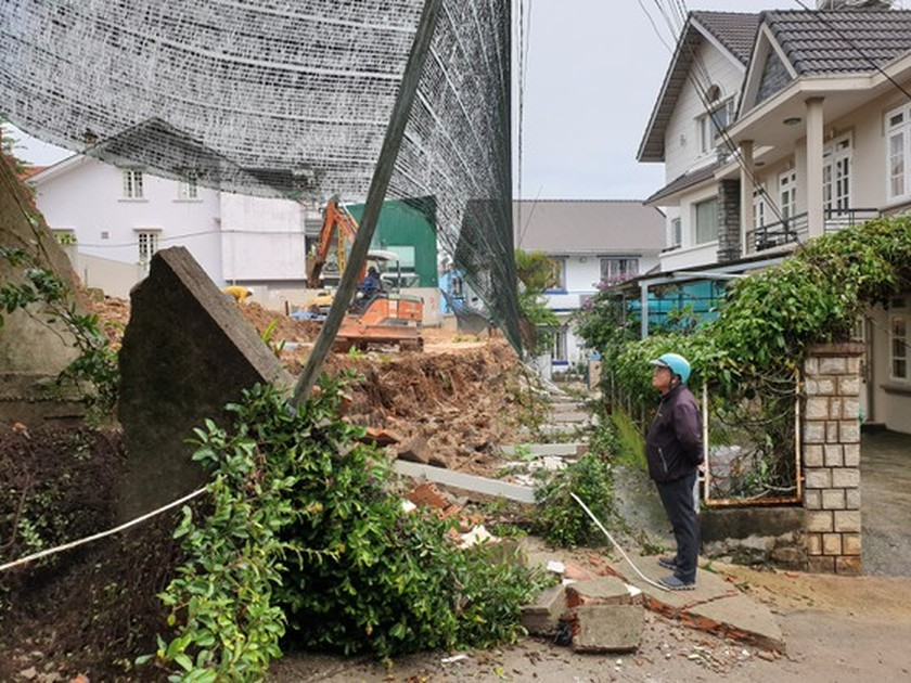 Downpour causes uprooted trees, mountain pass landslide in Da Lat City ảnh 3