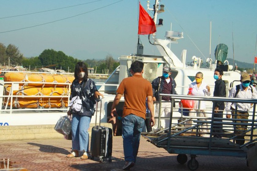 Quang Ngai increases ships picking up over 2,000 tourists from Ly Son Island ảnh 6