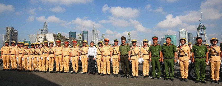 City's traffic policewomen team parades on street ảnh 4