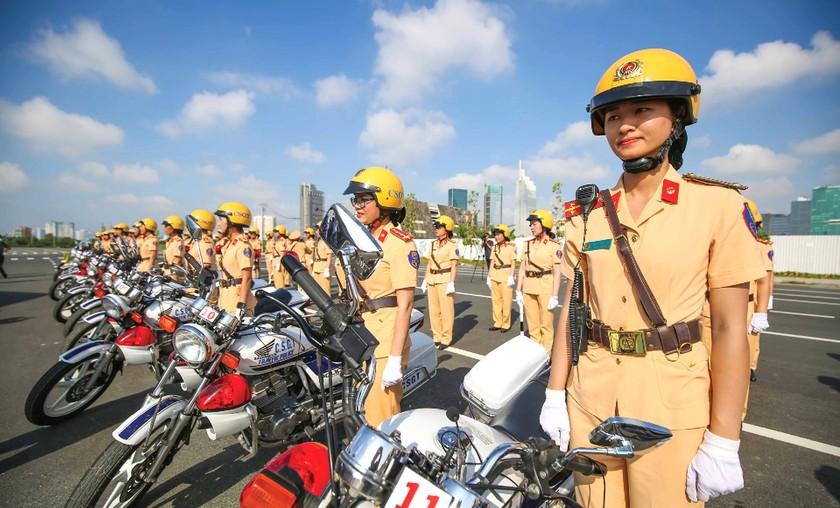 City's traffic policewomen team parades on street ảnh 5